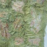 Muro revestido com pedras naturais rústicas, exemplo de serviço mal executado.