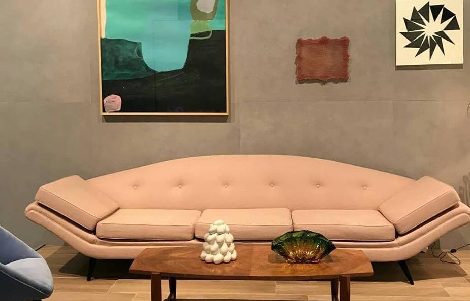 ambiente do estande da @biancogres, com o porcelanato Connection Grey na parede e o modelo Carvalho Natural no piso. O espaço é assinado por BWB Arquitetura e @marianakraemer, e os móveis são de @thomazsaavedra.