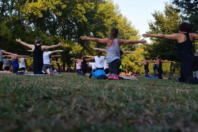 pessoas praticando yoga na Vila Madalena em São Paulo